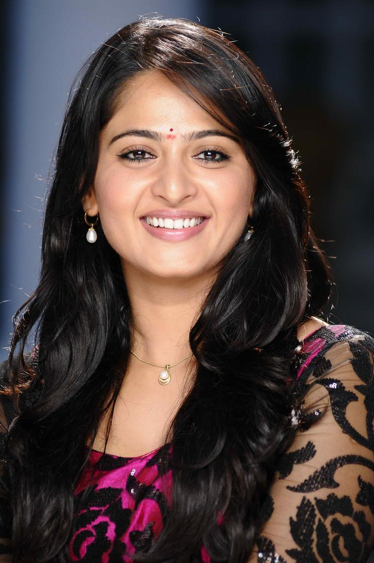 Anushka Shetty Completed Her Look With Flowing Hair Still | MemSaab.