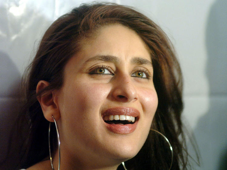 Kareena Kapoor Cute Smile Still , Gorgeous Beauty Queen ...