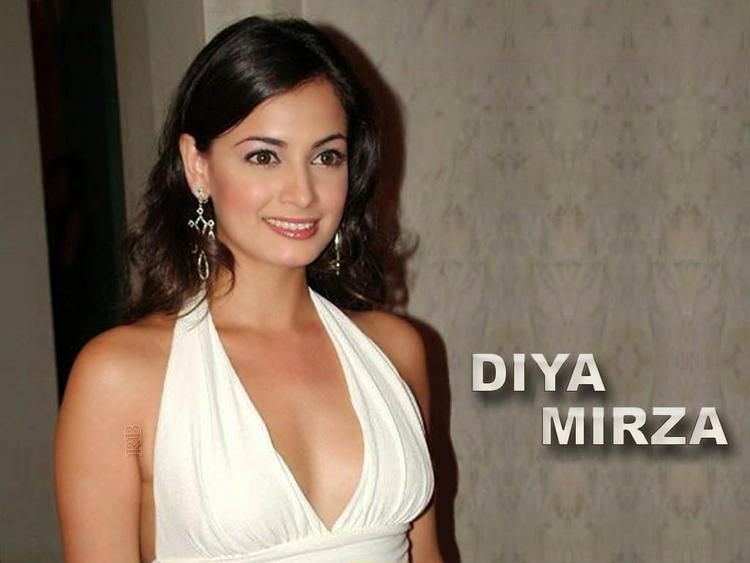 Diya mirza boob show