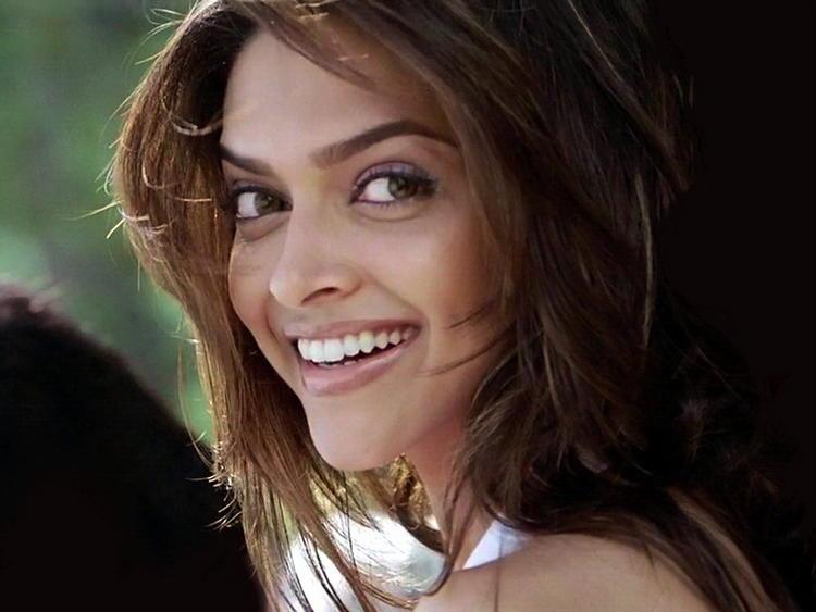 Hot Desi Babe Deepika Padukone Latest Stills | Memsaab.com