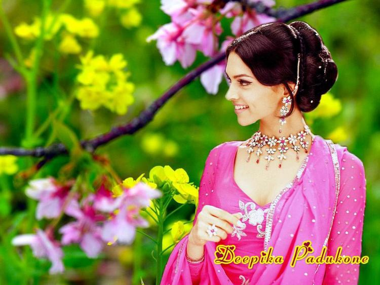 Deepika Padukone Om Shanti Om Look Wallpaper , Dazzling ...