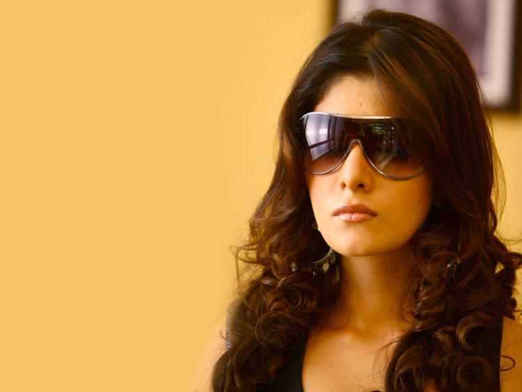 Neha Oberoi Wearing Sunglass Wallpaper