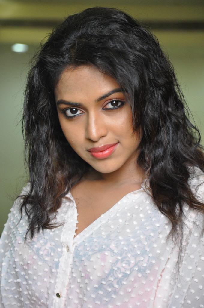 Hair Staill : Amala Paul Completed Her Look With Flowing Hair Still Memsaab.com