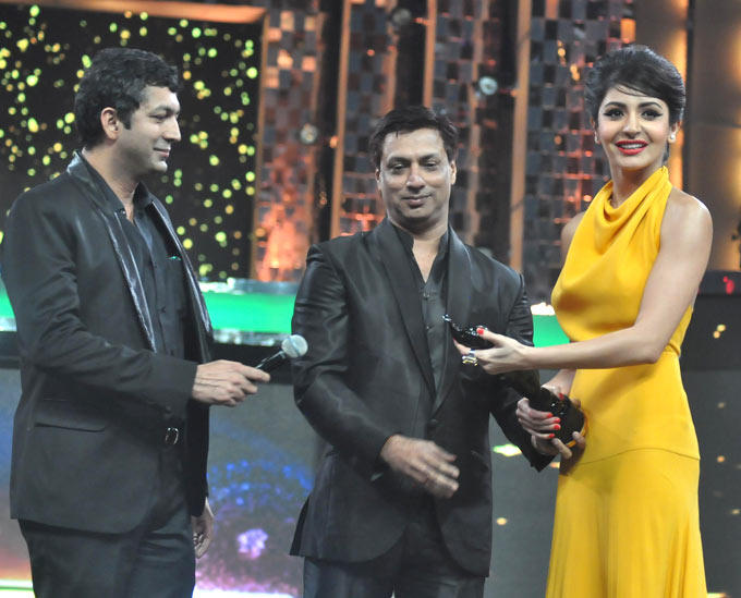 Madhur,Anushka And Kunal With Award Trophy At The Filmfare Awards 2013