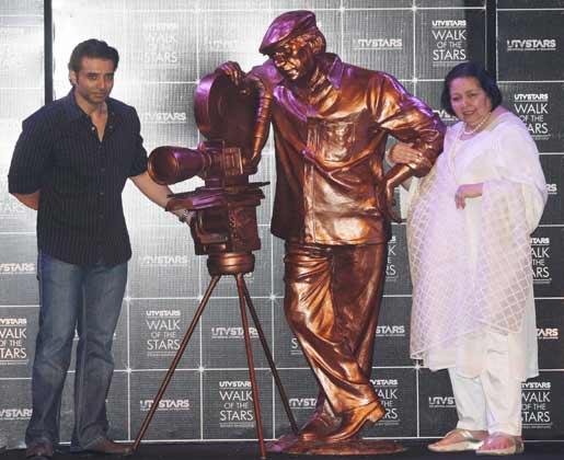 Pamela Chopra With Son Uday Chopra Clicked With Yash Chopra Statue At Yash Chopra Statue Unveiling Event
