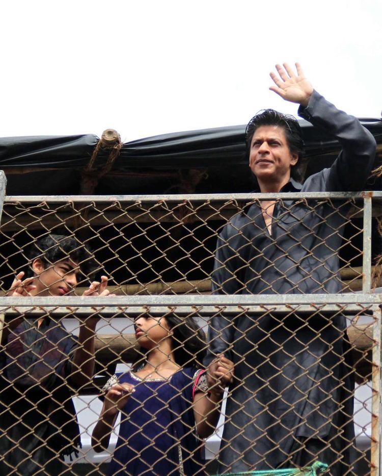 Son Aryan,Daughter Suhana With Dad SRK Greet Fans During