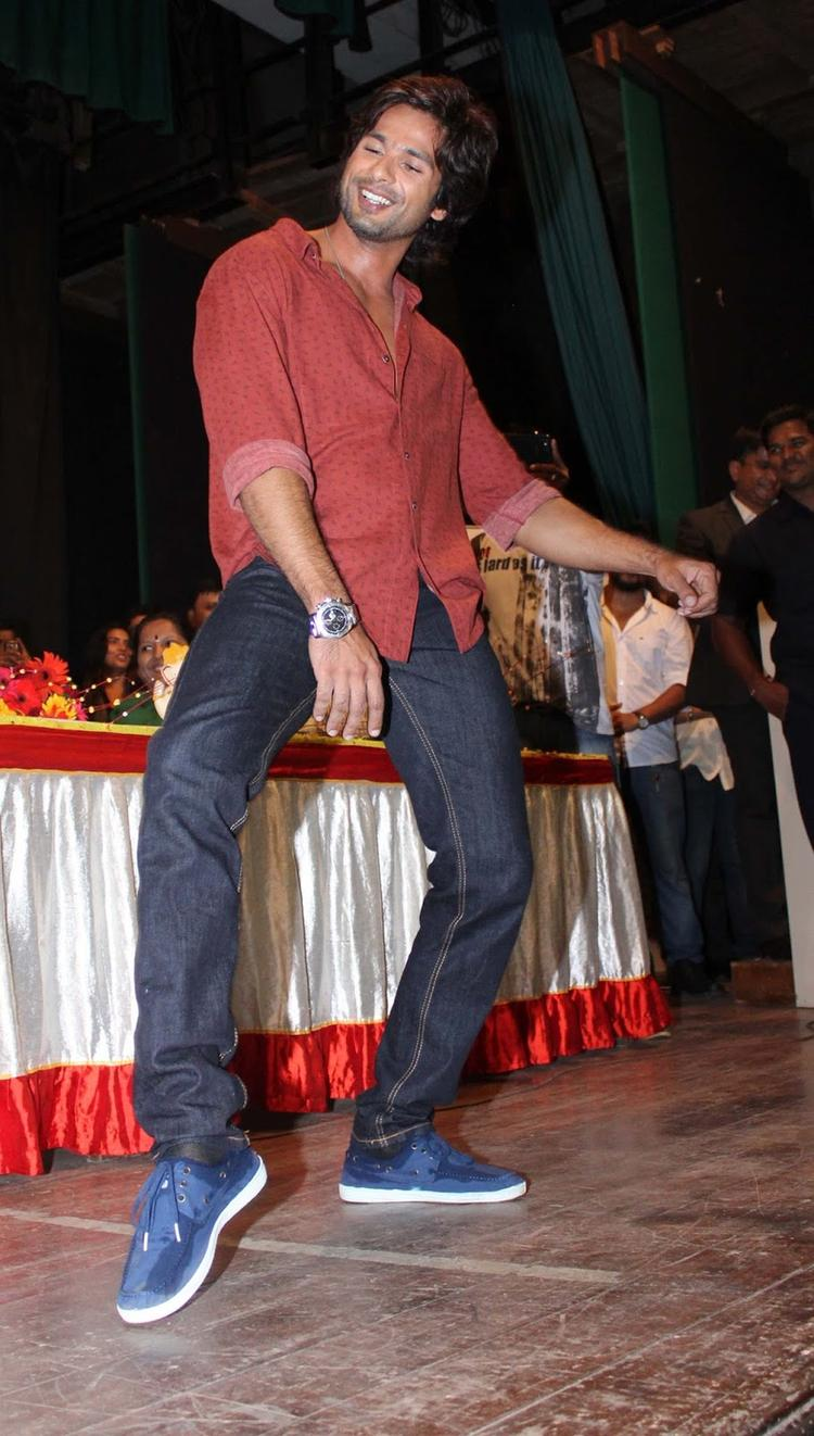 Shahid Kapoor Performs PPNH Song At The Times Green