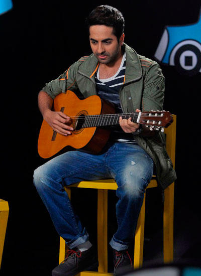 Vicky Donor Actor Ayushmann Playing With Guitar During Captain Tiao Disney Show
