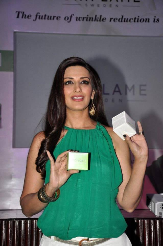 Bollywood Actress Sonali Bendre Launched The Oriflame Ecollagen In Mumbai