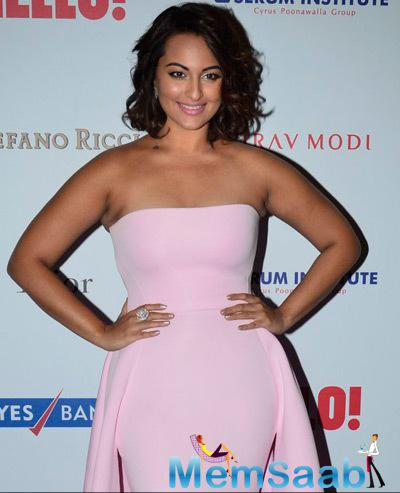Sonakshi Sinha In Strapless Dress Different Look At The Hello! Hall Of Fame Awards 2014
