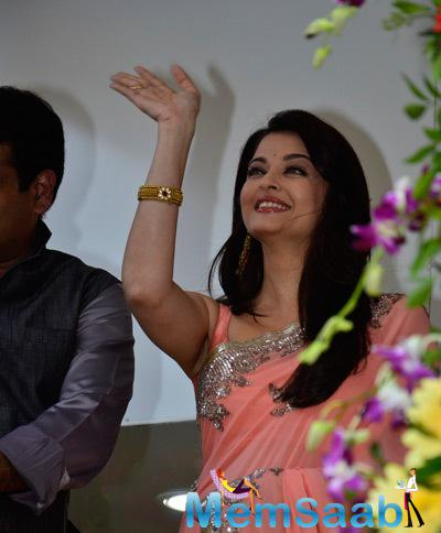 Smiling Aishwarya Rai Bachchan Greets Her Fans At Kalyan Jewellery Store Launch Event