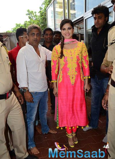 Ahead Of Kuch Kuch Locha Hai Release, Sunny Leone Visits Siddhivinayak Temple