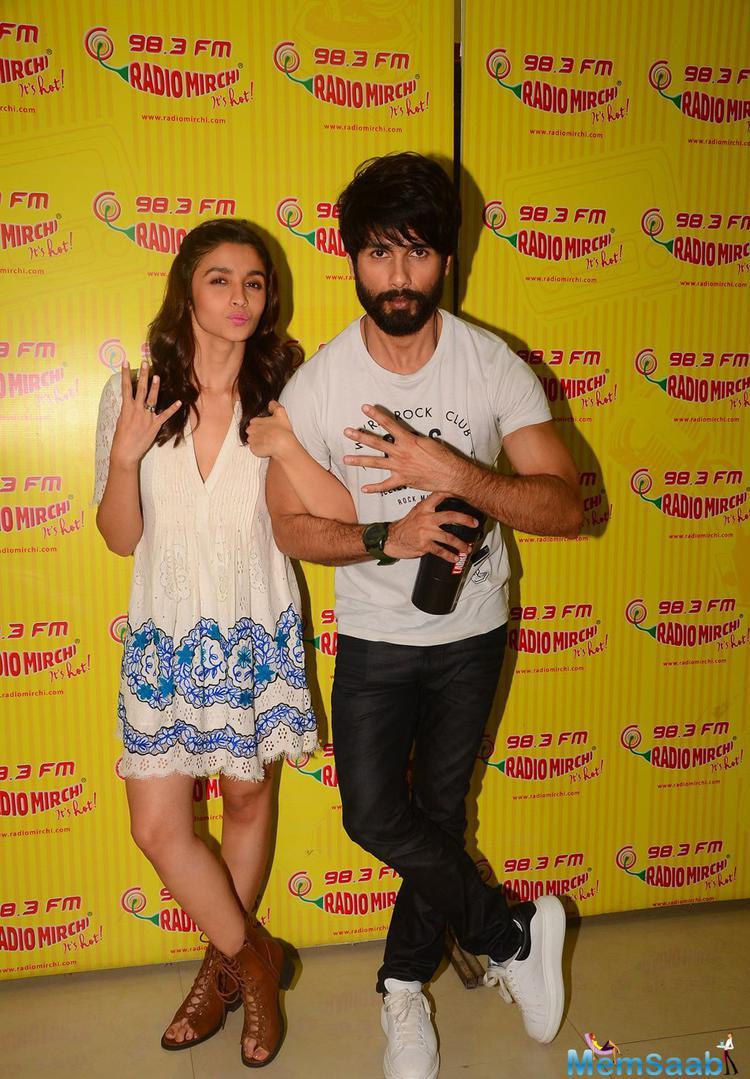 Alia Bhatt And Shahid Kapoor Posed At Radio Mirchi Studio To Promote Shaandaar Film