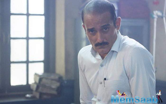 Akshaye Khanna has landed himself in trouble after he was seen smoking in one of the Ittefaq poster.