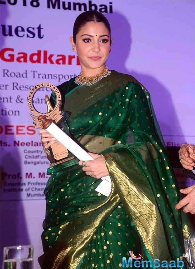 Anushka Sharma receives The Smita Patil Award & delivers a heart-warming speech