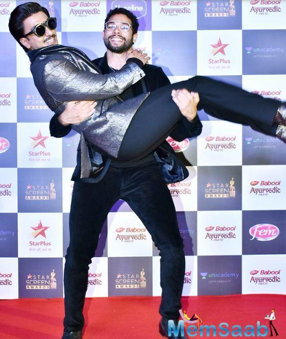 At the red carpet, he bumped into his Gully Boy co-star Siddhant Chaturvedi. In no time, the duo showed the equation they share between them.