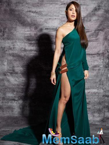 Talking about her dress, it was a risqué one with the slit on the side of the dress going way above the actress' hip and revealing her entire leg and her tattoo.