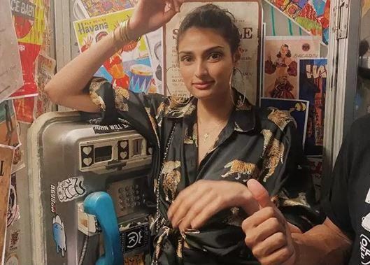 The picture saw Athiya posing at a telephone booth with a slight glimpse of KL Rahul as well